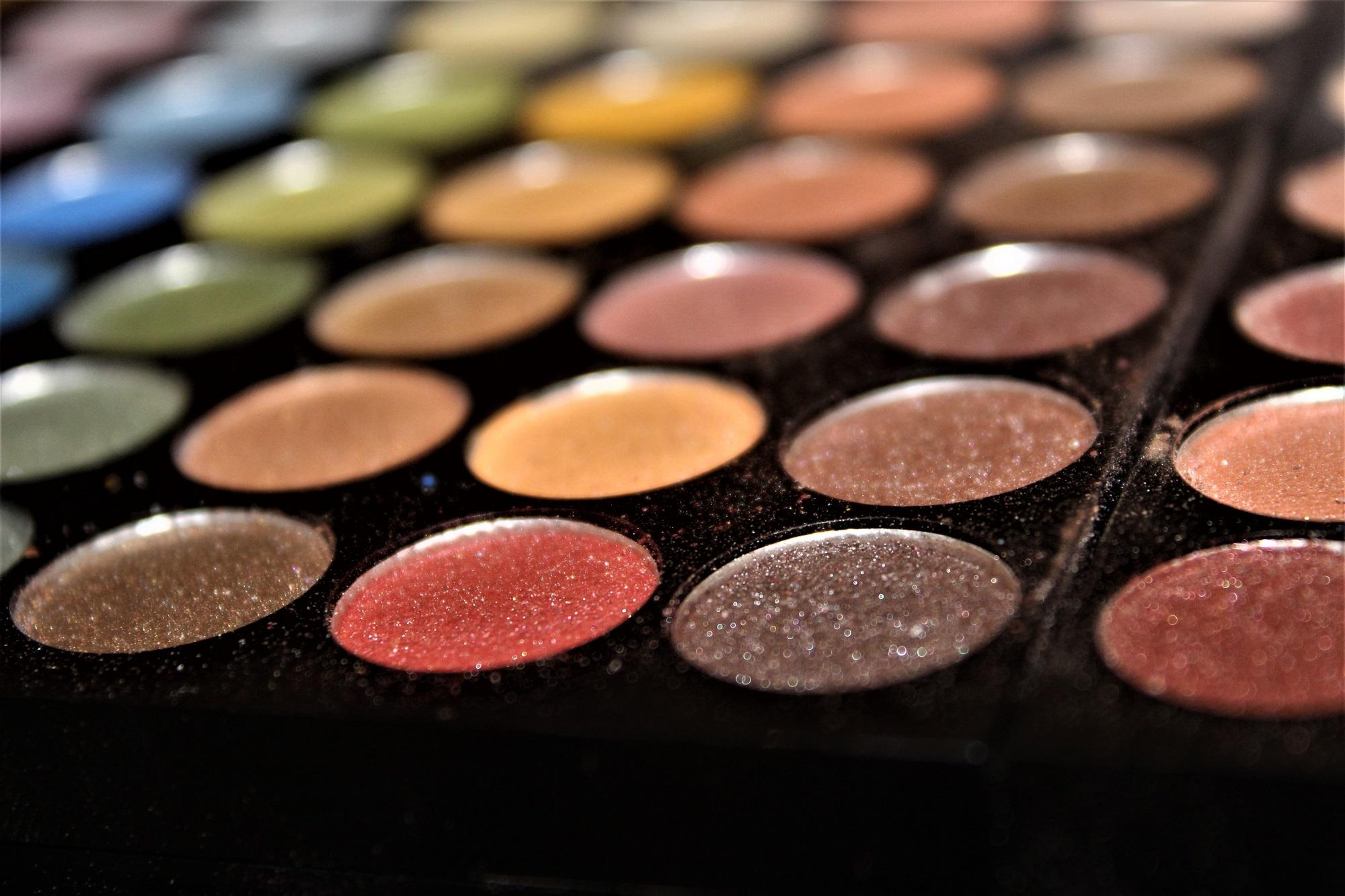 Make-up artist cu experiență de 16 ani oferă trucuri din industria beauty